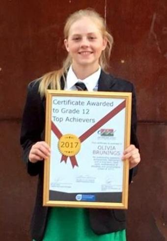 Olivia Brunings met haar toekenning as Top Student